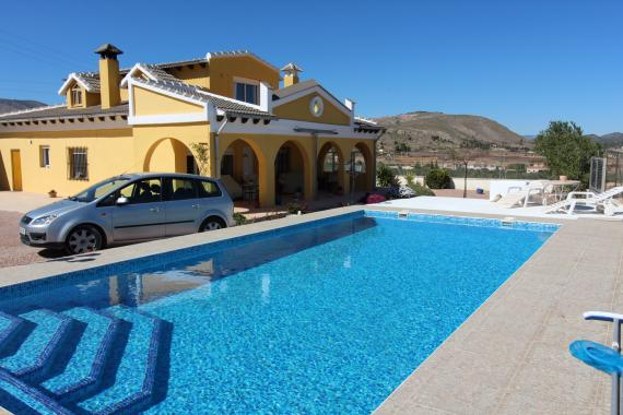 6 bed property with seperate guest area